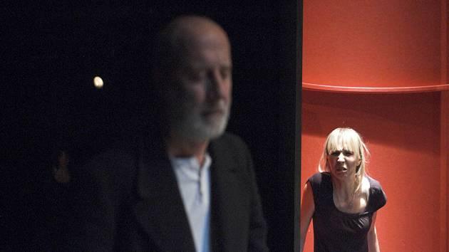 Ján Sedal (vlevo) hraje otce sličné, ale nebezpečné Lulu v podání Jany Plodkové.