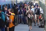 Při výluce přesedají cestující do Brna například na dolním nádraží. K hlavnímu nádraží je přepravují náhradní autobusy.