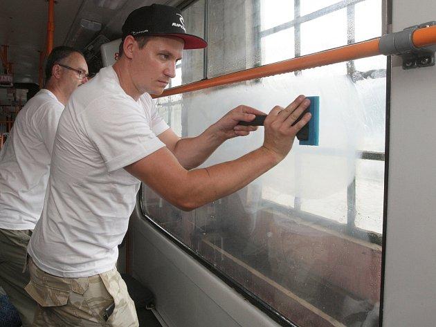 Brněnský dopravní podnik nechal polepit skla tramvají speciálními fóliemi. Mají je ochránit před vandaly.
