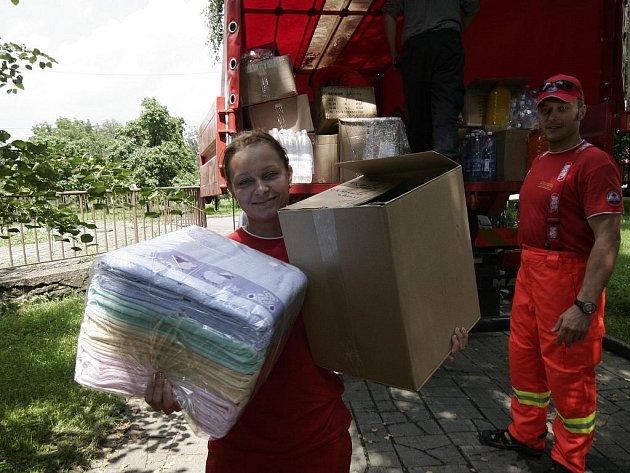 Jihomoravští hasiči odvezli pomoc do zaplavených obcí.