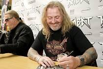 Autogramiádu rockové skupiny Kabát v čele se zpěvákem Josefem Vojtkem ve středu hostilo nákupní centrum v brněnském Králově Poli.