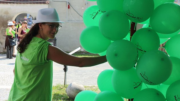 Kapalný dusík v akci. Zakladatele genetiky Mendela oslavují pokusy i jídlem