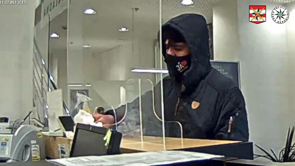 Několik desítek tisíc korun si z přepadení odnesl lupič, který si 12. února vyhlédl bankovní pobočku v centru Brna.