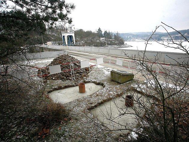 Pamětní kámen připomínající záchranu přehrady před zničením ustupující německou armádou doplní obří billboard.