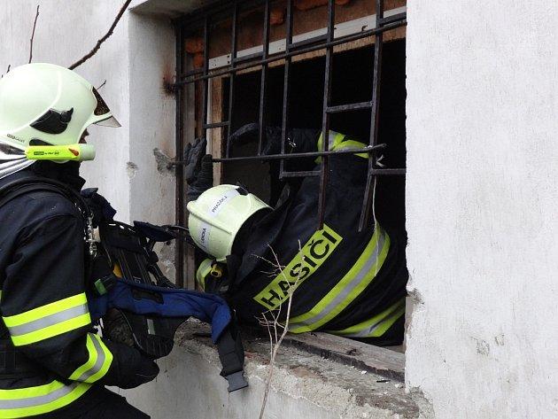 Hasiče zaměstnal požár chaty ve Vinohradské ulici v Brně.