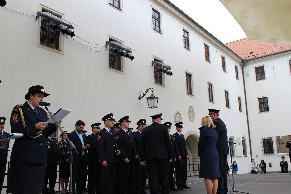 Předávání medailí hasičům.