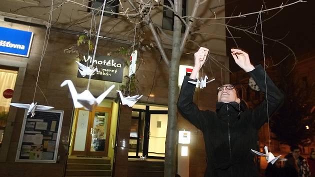 Českou ulici ozdobilo svítící origami.