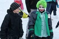 Králíci z klobouku, klauni nebo také Hulk či Joker jezdili na zimních bruslích ve Šlapanicích. Téměř stovka dětí se totiž sešla na zimním karnevalu, který organizovali hasiči. Malí i velcí se v neděli odpoledne proháněli na umělém ledu.