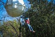Stromostan. Brňané se v Tyršově sadu vyhoupnou až do koruny stromu. S pomocí kladek a lan.