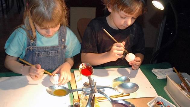 Malování velikonočních vajíček.