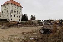 Místo chátrajících budov se obyvatelé Židlochovic dočkají v centru města u zámku nového parku. V areálu už dělníci a stroje bourají.