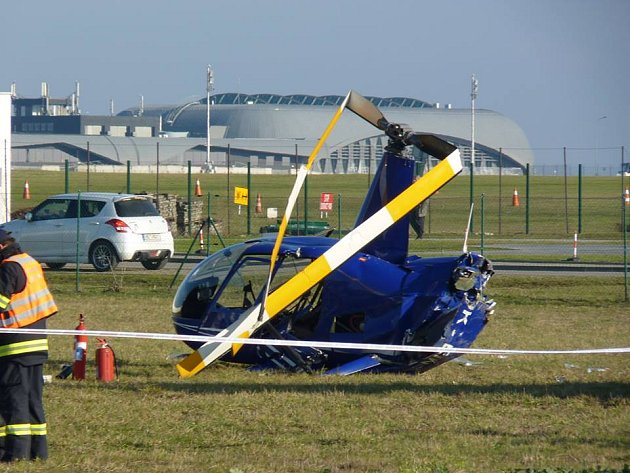 Na tuřanském letišti se zřítil vrtulník. Na místě jsou dva zranění muži