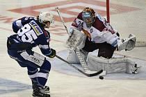 Hokejový útočník Alexandre Mallet překonává brankáře Tomáše Pöpperleho.