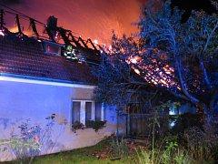 Hasiči likvidovali v noci na neděli požár rodinného domu v obci Nelepeč-Žernůvka na Brněnsku.