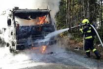 S požárem kamionu s cisternou převážející vodu zápasili v pondělí kolem desáté hodiny dopoledne hasiči na sjezdu z dálnice D1 u obce Lesní Hluboké.