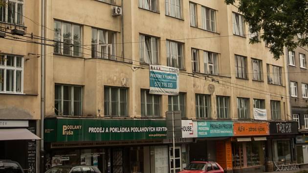 Po opravě bude devítipodlažní dům na Moravském náměstí lákat na kávu.