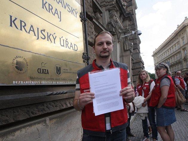 Propuštění zaměstnanci společnosti Bauhaus před krajským úřadem.