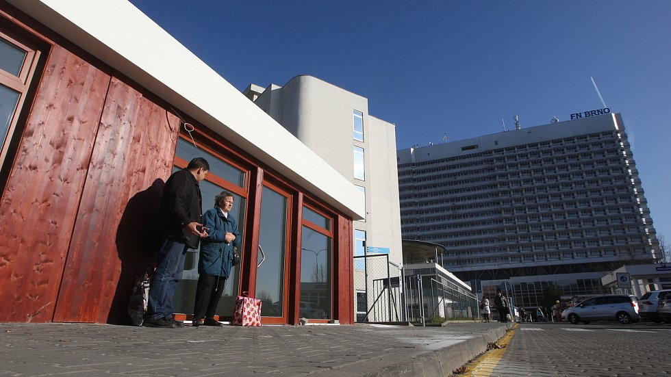 Příprava nových obchodů před bohunickou nemocnicí.