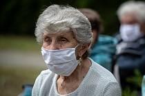 Osamělí důchodci mohou své obavy sdělit dobrovolníkům po telefonu. Ilustrační snímek.