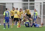 Fotbalisté Rosic (ve žlutém) porazili Tasovice 3:1.