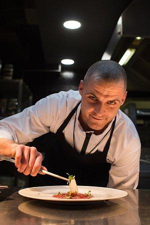 Šéfkuchař restaurace Valoria Martin Drechsler připravil pro hosty třeba carpaccio ze zauzeného srnčího hřbetu, shoubovým tartarem a brusinkovou espumou.