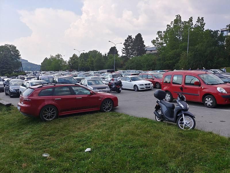 Lidé míří k Brněnské přehradě ve volném čase často. Ještě více tomu bylo v pandemické době, kdy bylo omezené cestování. Doprava v místě pak často kolabovala. Ilustrační foto.