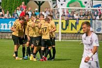 Fotbalista Jan Hladík oslavuje se spoluhráči ze Zbrojovky svou branku.