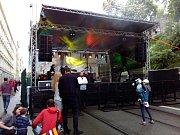 Zahájení výstavy Kmeny 90 v Brně spojené se sobotní párty pod otevřeným nebem v Husově ulici.