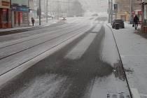 Páteční dopolední sněžení zasypalo brněnské ulice slabou vrstvou bílé pokrývky.