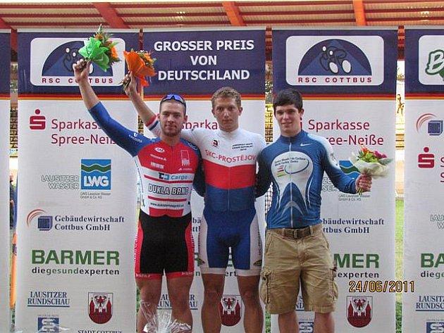Vítěz sprintu juniorů Robin Wagner (uprostřed) a stříbrný Jakub Vývoda z Dukla Brno (vlevo).