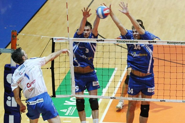 V utkání s Fatrou Zlín excelovali nejen na bloku brněnští Vlado Katona a Libor Leikep (zleva v modrém)