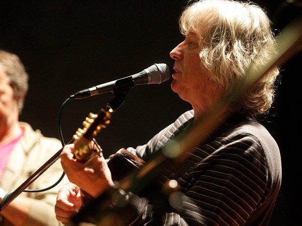 Český folkový zpěvák Pavel Žalman Lohonka a jeho kapela zahráli na koncertě vBrně.