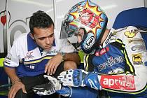Brněnskému závodníkovi Karlu Abrahamovi budou při zimních testech vysvětlovat mechanici novinky motocyklu nové třídy Moto2.