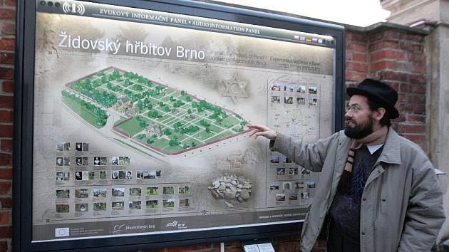 Brněnský rabín Šlomo Kučera ukazuje mapu hřbitova, která turistům přehraje i informace o historii.