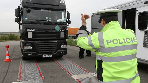 Vážení kamionů na parkovišti motorestu U Toma na Brněnsku.