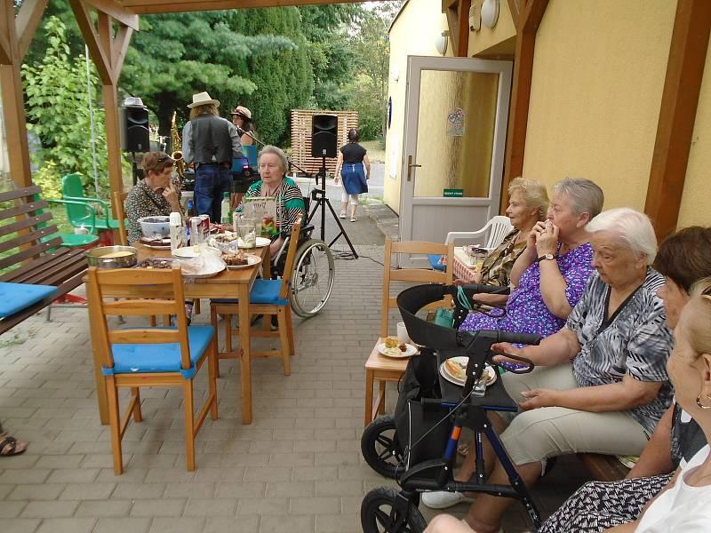 Akce Česko jde spolu na piknik vyzvala lidi z různých míst naší země, aby pořádali ve stejný čas piknik. Na snímku akce v Klecanech.