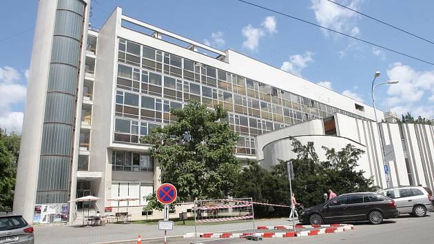 Budovu na Žerotínově náměstí v Brně opustila vyšší zdravotnická škola. Z prostor patřících městu se přesunula do Kounicovy ulice místo elektrotechnické průmyslovky sloučené s jinou střední školou.