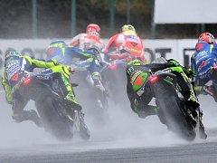 """Nejvýraznějším znakem letošního podniku se stal déšť, který poznamenal hlavní nedělní závod. """"V roce 2012 nám pršelo akorát ráno před startem. Jinak se nepamatuji, že se u nás závodilo za deště,"""" uvedl Jiří Smetana, mluvčí Automotodromu Brno."""