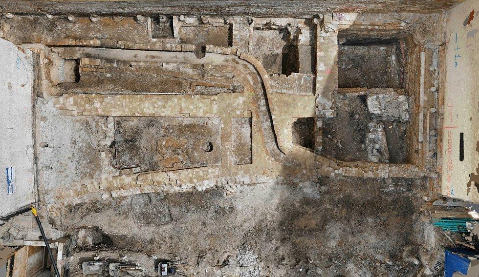 Archeologové objevili středověké dláždění.