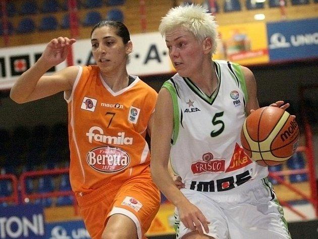 Bývalá brněnská rozehrávačka Jelena Škerovičová (vpravo) posílí USK Praha.
