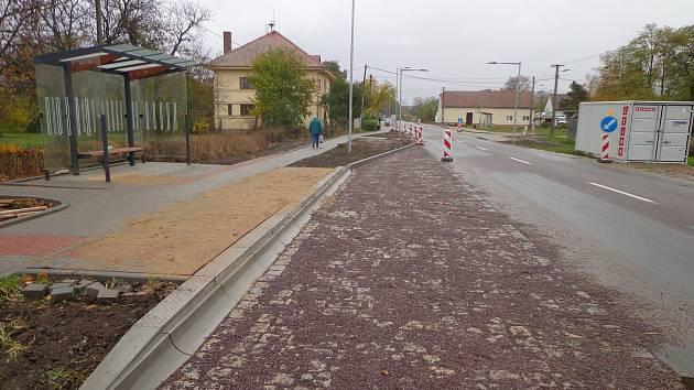 Nový přechod vzniká v pohořelické místní části Nová Ves. Už zbývá dokončit jen vodorovné značení a osadit značky.