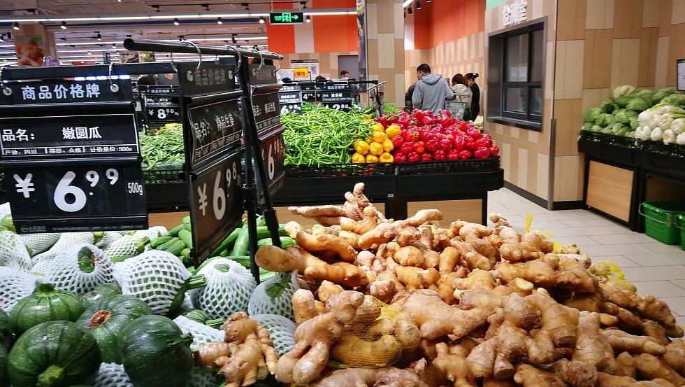 Ovoce a zelenina v obchodě v Chnegdu.