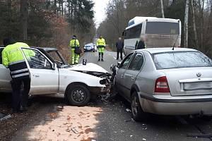 Ranní dopravní nehoda dvou aut a autobusu u Veverské Bítýšky si vyžádala tři zraněné.