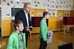 Jihomoravský lídr lidovců Jiří Mihola vzal k volbám své dva syny. Hlasoval v brněnské Základní škole Janouškova.