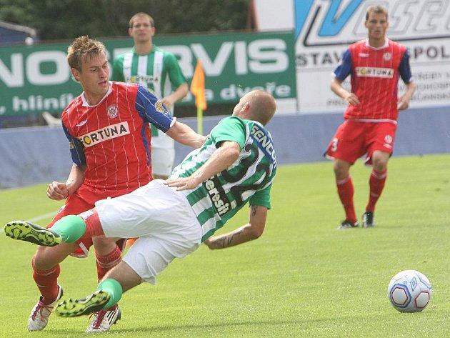 Fotbalista Zbrojovky Hromek v popředí (v červeném).