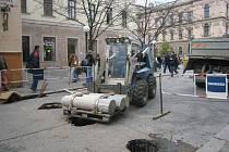 V České ulici vznikají díry, do kterých se budou vkládat sloupky, které zabrání autům vjezd do centra Brna