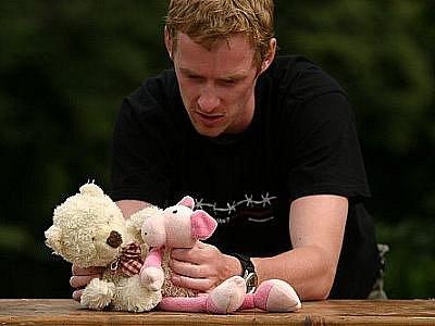 Divadlo DNO využívá ve všech svých představeních klasické loutky, plyšové medvídky a další oblíbené hračky členů souboru.