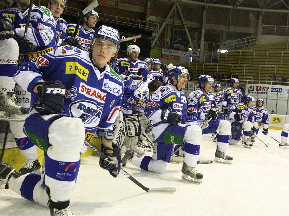 Hokejisté Komety společně se třemi tisícovkami fandů na domácím ledě v hale Rondo udělali tečku za letošním ročníkem.