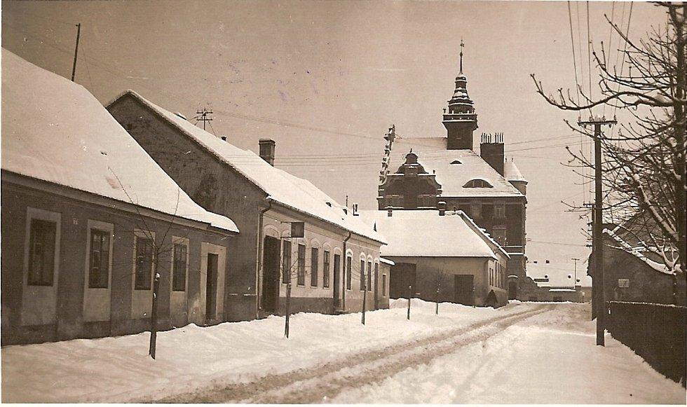 Hodonín. Anenskou ulici na fotografii z doby první republiky by dnes již zřejmě poznal málokdo. Domy na levé straně po druhé světové válce zmizely a také sněhu zde bývá v současnosti pomálu.
