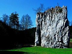 Součástí Sloupsko-šošůvských jeskyní jsou i vápencové skály na povrchu. Nedaleko jednoho vstupu do jeskyní stojí osamělý dvacetimetrový sloup s názvem Hřebenáč.